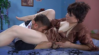 Experienced milf takes pleasure from hot petting of a guy before hard fuck videos