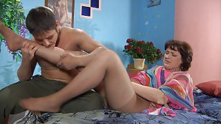 Heated mom spreading her pantyhosed legs luring a guy to give her hard fuck videos