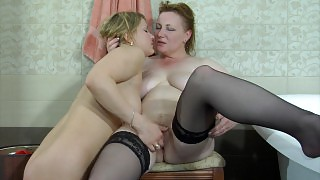 Greedy old dyke surprises a girl in the bathtub tasting her mouth and pussy videos