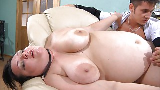 Sex-crazy guy fingering mature babe\s meaty muff before impaling it hard videos