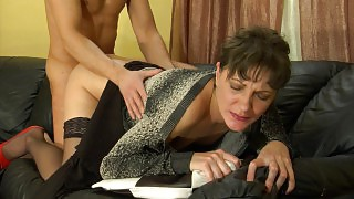 Nasty milf finds pleasure from seducing a muscle stud into mighty dicking videos